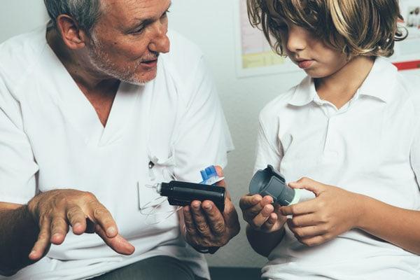 Kind bespricht Insulineinstellung mit Diabetologen